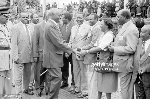 Nairobi Kenya 1er mai 1997 Défilé du 1er mai en présence du président de la République Ici le président Daniel arap MOI dit Nyayo serrant des mains