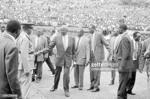 Nairobi Kenya 1er mai 1997 Défilé du 1er mai en présence du président de la République Ici le président Daniel arap MOI dit Nyayo serrant les mains...