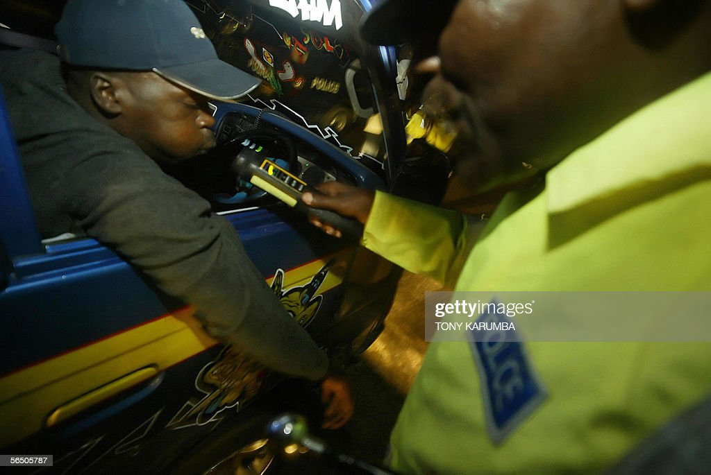 A Kenyan police-officer tests the alcoho : Fotografía de noticias