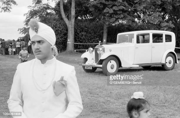 Nairobi Kenya circa 1989 Le concours d'élégance de voitures anciennes à l'hippodrome de Nairobi Portrait en plan rapproché d'un jeune homme indien...