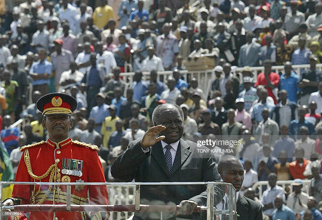 Kenyan President, Mwai Kibaki waves as h : News Photo