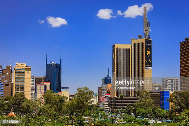 nairobi, kenya: looking over the park towards the bumper to bumper traffic on kenyatta avenue in downtown nairobi, the capital city - nairobi stock pictures, royalty-free photos & images