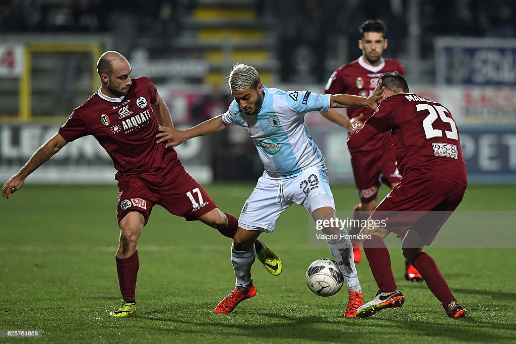 Najib Ammabi (C) of Virtus Entella competes with Francesco Migliore (L) and of AC Spezia during the Serie B match between Virtus Entella and AC Spezia at Stadio Comunale on November 25, 2016 in Chiavari, Italy.