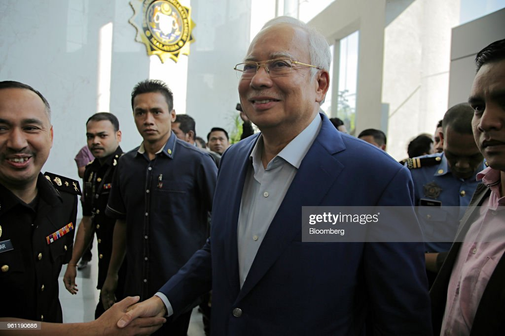Former Malaysian Prime Minister Arrives at the Malaysian Anti-Corruption Commission to Aid Probe : News Photo