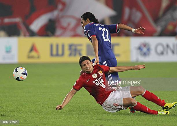Nakazawa Yuji of Yokohama F Marinos competes the ball with Elkeson de Oliveira Cardoso of Guangzhou Evergrande during the AFC Asian Champions League...