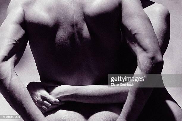 naked couple embracing, mid-section, rear view (b&w) - abrazo desnudos fotografías e imágenes de stock