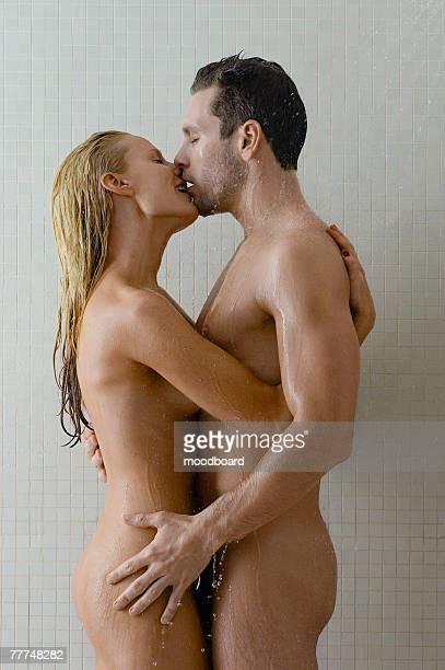 naked couple in shower - pareja desnuda fotografías e imágenes de stock