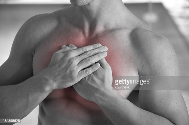 Hombre desnudo tener un ataque cardíaco