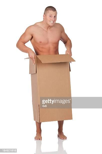 hombre desnudo en una caja de cartón - chico desnudo cuerpo entero fotografías e imágenes de stock