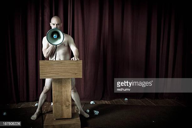 Homme torse nu sur scène