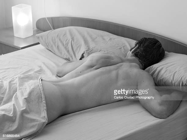 naked man sleeping in bed - hombres desnudos fotografías e imágenes de stock