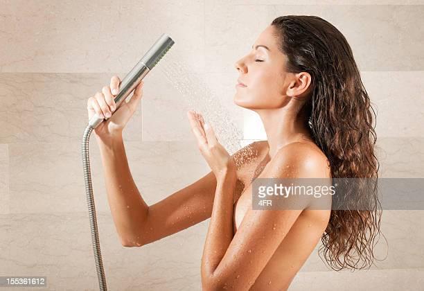 Nu la belle femme se détendre sous une douche chaude (XXXL