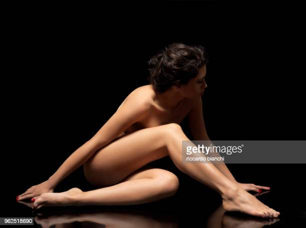 naked woman body posing on black background - silhueta de corpo feminino preto e branco imagens e fotografias de stock