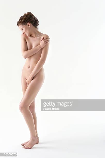 naked woman covering groin with hand - mani su seno foto e immagini stock