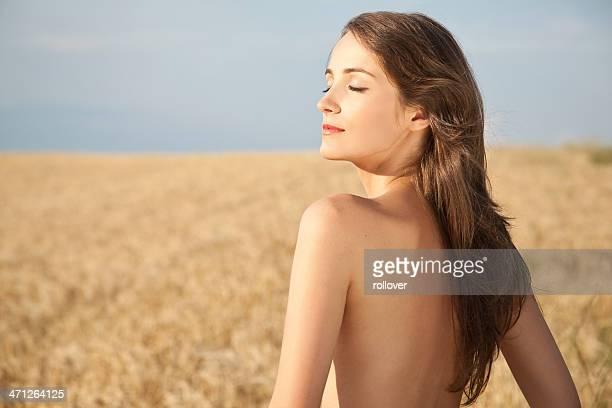 Nackt Frau im Feld