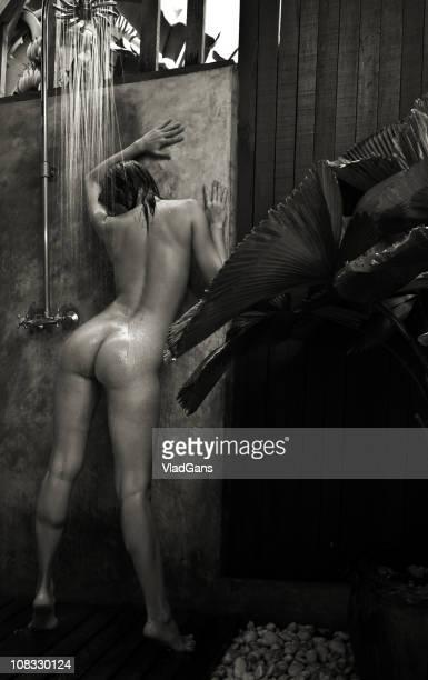 nudo di donna in doccia all'aperto - donna doccia foto e immagini stock