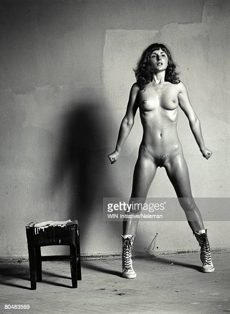 naked woman standing by stool - femme poil photos et images de collection