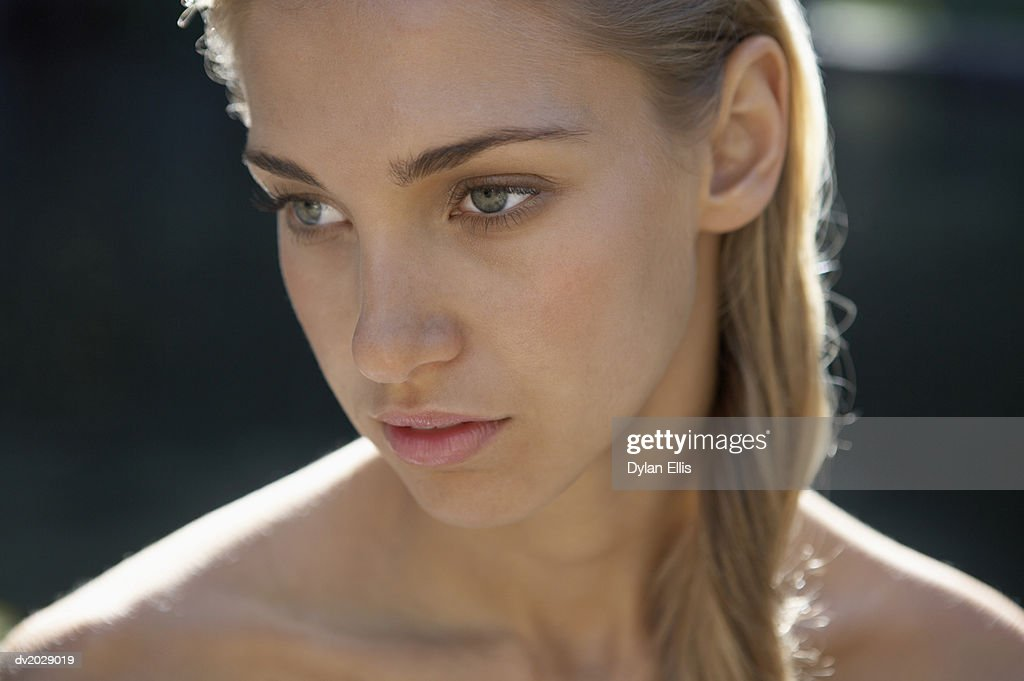 Naked Young Woman Looking Sideways : Stock Photo