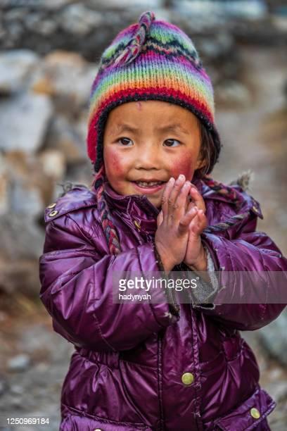 namaste! porträtt av tibetansk liten pojke, mount everest national park, nepal - prayer pose greeting bildbanksfoton och bilder