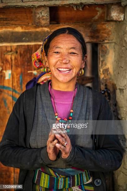 namaste! porträtt av tibetansk kvinna, övre mustang, nepal - prayer pose greeting bildbanksfoton och bilder