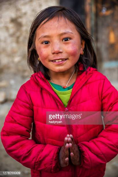 namaste! porträtt av tibetansk ung flicka, övre mustang, nepal - prayer pose greeting bildbanksfoton och bilder