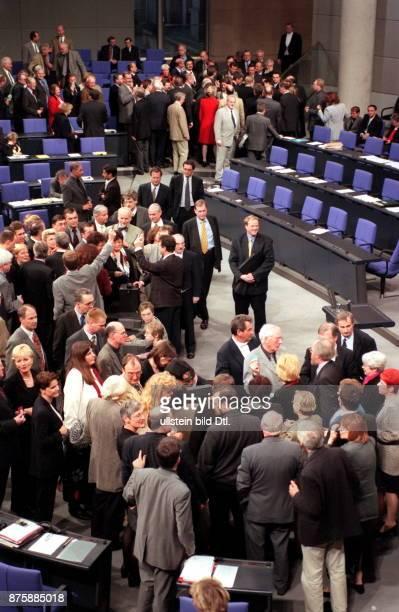 Namentliche Abstimmung der Bundestagsabgeordneten im Reichstag zu dem Kunstwerk 'Die Bevölkerung' von Hans Haacke Abgeordnete während der Abstimmung...