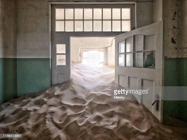 namibia ghost town pasillo hospital abandonado lleno de arena - escombros fotografías e imágenes de stock