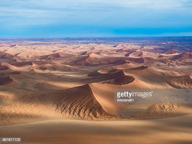 namibia, hardap, hammerstein, kulala wilderness reserve, tsaris mountains, sossusvlei region, namib desert, aerial view - sossusvlei stockfoto's en -beelden