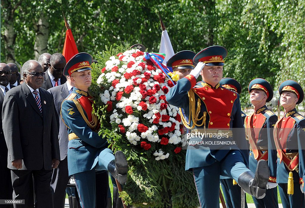 Namibian President Hifikepunye Pohamba (L) participates in a wreath-laying ceremony at the Tomb of the Unknown Soldier in Moscow on May 20, 2010. Pohamba arrived for bilateral diplomatic talks.