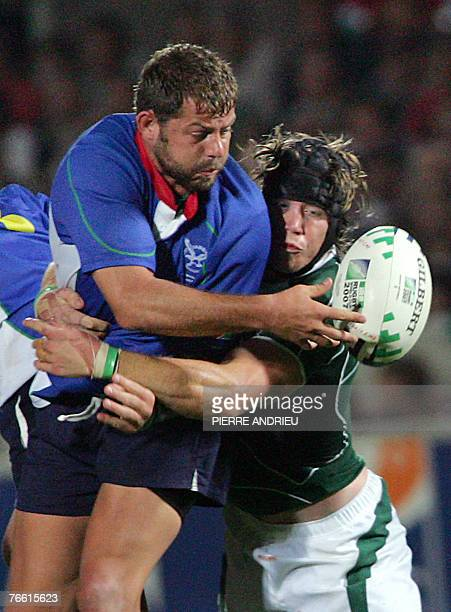 Namibia's flanker Jacques Nieuwenhuis vies with Ireland's flanker Simon Easterby during the rugby union World Cup match Ireland vs Namibia 09...