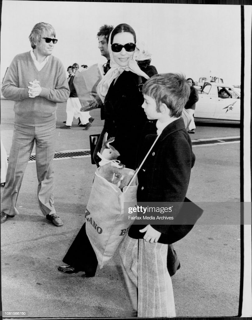 Nana and her son Nicholas 6 walk across the tarmac.Greek singer Nana Mouskouri arrived in Sydney from Melbourne for concerts. Interviewd at TAA lounge , Mascot airport. : Photo d'actualité