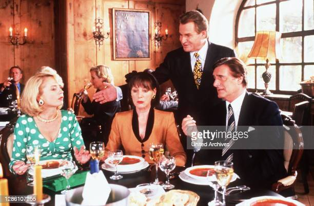 Nana hat ihre beiden Brüder Ludwig und Otto zum Essen eingeladen. In deren Hotel ist gerade Geneviere Büglmeier zu Gast, die mit Nanas Ex-Ehemann...