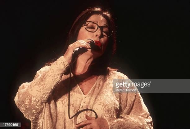 Nana Mouskouri 1 Konzert während Tournee Augsburg Bayern Deutschland Europa Auftritt Bühne Mikro singen Brille Sängerin BB/KS