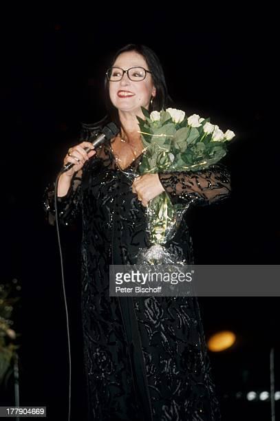 Nana Mouskouri 1 Konzert während Tournee Augsburg Bayern Deutschland Europa Auftritt Bühne Mikro Blumen Blumenstrauß Brille Sängerin BB/KS