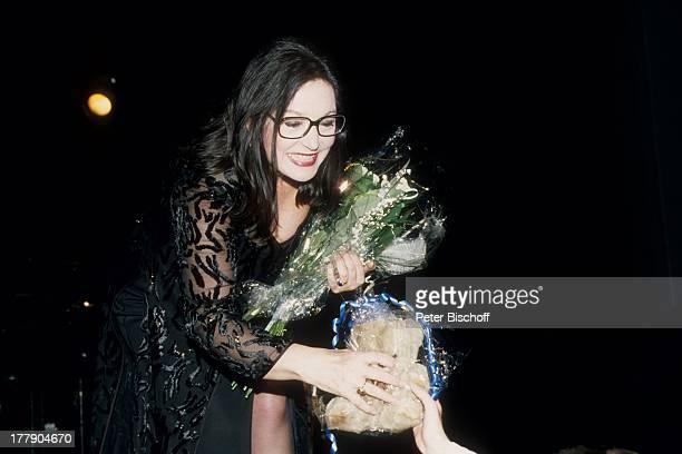 Nana Mouskouri, 1. Konzert während Tournee, Augsburg, Bayern, Deutschland, Europa, Auftritt, Bühne, Blumen, Blumenstrauß, Brille, Sängerin, BB/KS,