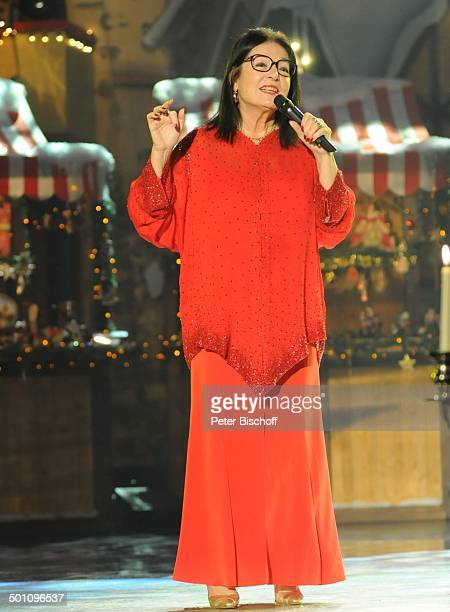 Nana Mouskouri 5 BRBenefizGala SternstundenGala Frankenhalle Nürnberg Bayern Deutschland Europa Bühne Auftritt Weihnachten Weihnachtsdeko Mikrofon...