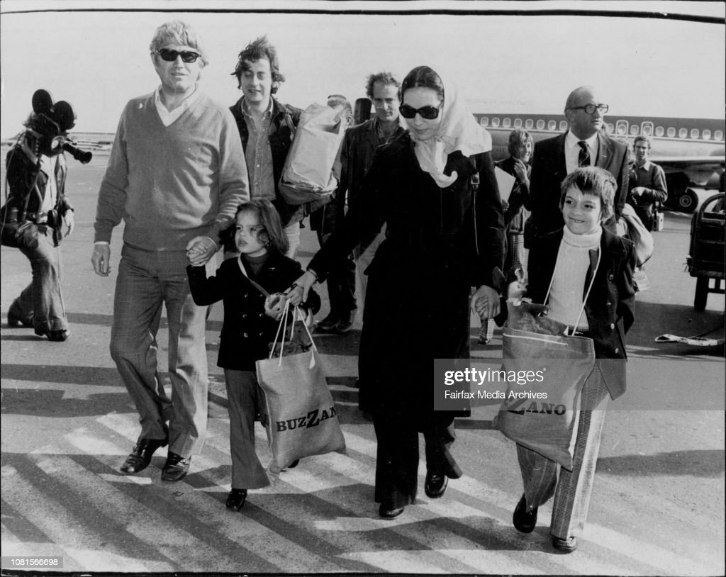 Nana Mouskouri and Husband George with children Nicholas 6 and Helene who is 4 tomorrow arrive at mascot.Greek singer Nana Mouskeuri arrived is Sydney from Melbourne for concerts. Interviewd at TAA lounge, Mascot airport. : Photo d'actualité