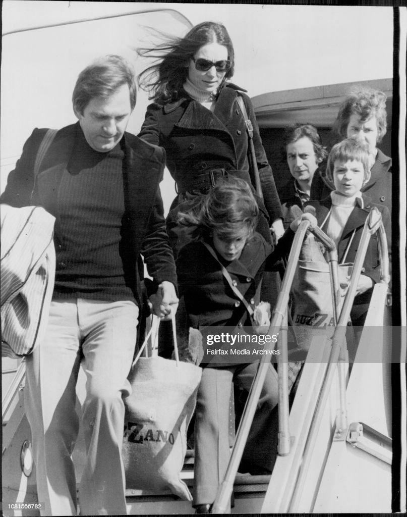 Nana Mouskouri and Husband George with children Nicholas 6 and Helene who is 4 tomorrow arrive at Mascot.Greek singer Nana Mouskouri arrived in Sydney from Melbourne for concerts. Interviewd at TAA lounge, Mascot airport. : Photo d'actualité