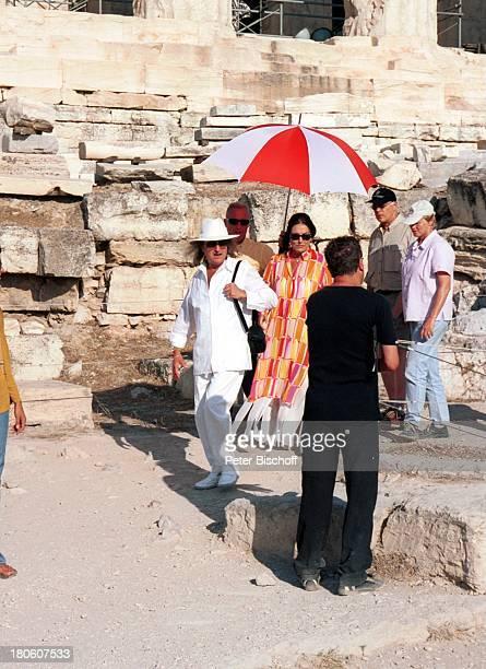 Nana Mouskouri AndrŽ Chapelle ARDDrehteam Dreharbeiten zum ARDSpecial Ein Star und seine Stadt Athen Griechenland EpitaurusTheater Drehpause Schirm...