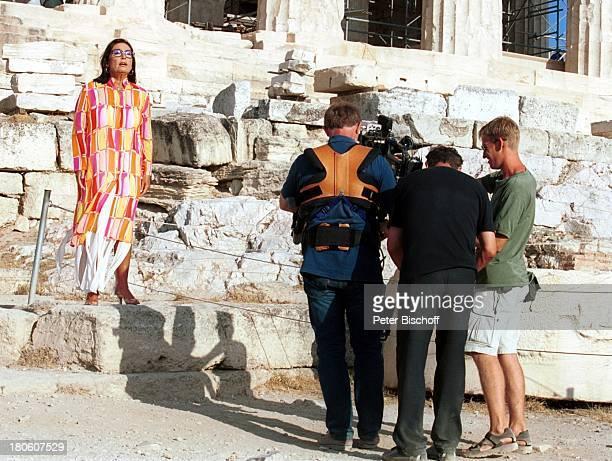 Nana Mouskouri ARDDrehteam Dreharbeiten zum ARDSpecial Ein Star und seine Stadt Athen Griechenland EpitaurusTheater Drehszene singen