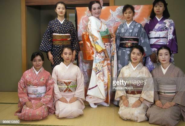 Nana Mouskouri avec des Geishas à Tokyo en septembre 1990 Japon