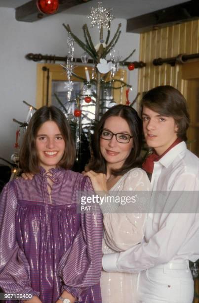 Nana Mouskouri avec son fils Nicolas et sa fille Hélène dite Lenou le 14 décembre 1981 à Paris France