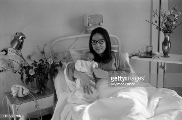 Nana Mouskouri avec son fils Nicolas photographié dans son lit à la maternité de Genève Suisse le 20 février 1968