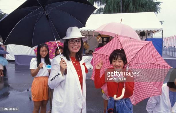 Nana Mouskouri avec une fan à Tokyo en septembre 1990 Japon