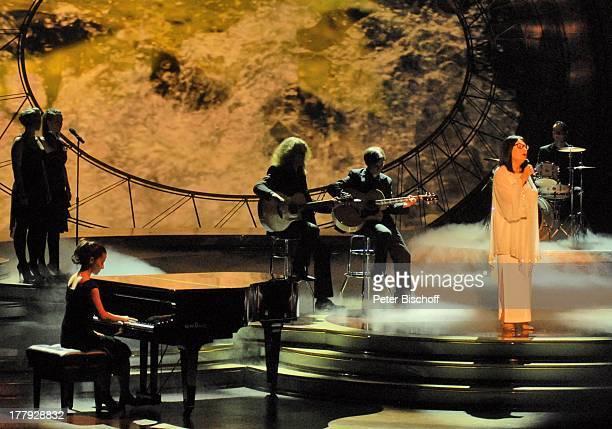 """Nana Mouskouri, Background-Musiker, Background-Chor, ZDF-Show """"Willkommen bei C a r m e n N e b e l"""", Westfalenhalle, Dortmund, Nordrhein-Westfalen,..."""