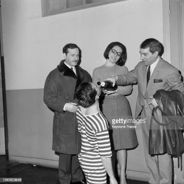 Nana Mouskouri baptisant au champagne le major de promotion de l'Ecole centrale Didier Chenot, à Paris, France le 4 mars 1964.