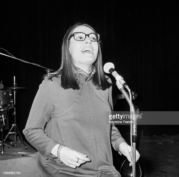 Nana Mouskouri chantant pendant une répétition sur la scène de l'Olympia à Paris France le 24 octobre 1967