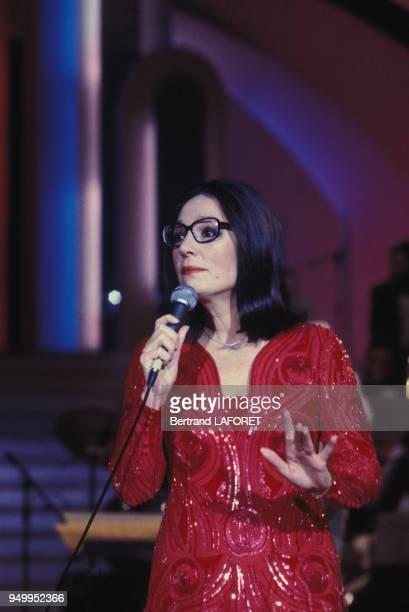 Nana Mouskouri chante dans une émission de télévision, circa 190, à Paris, France.