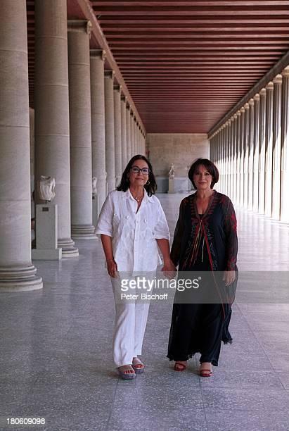 Nana Mouskouri Charoula Alexiou AgoraMuseum Dreharbeiten zum ARDSpecial Ein Star und seine Stadt Athen Griechenland Unterhaltung schlendern Säulengang