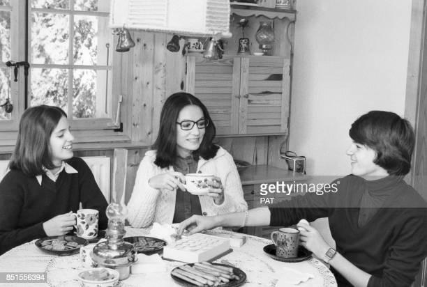 Nana Mouskouri dans son chalet avec ses enfants Nicolas et Hélène en décembre 1981 à Villars, Suisse.